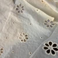 Coupon de tissu, popeline de coton, broderie anglaise, grosses fleurs, ton jaune paille, vendu par 50 cm