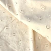 Coupon de tissu, popeline de coton, broderie anglaise, petites fleurs, ton jaune paille, vendu par 50 cm