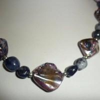 Collier 47 cm lapis lazuli baroque et perles en nacre violet irisé