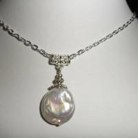 Superbe pendentif, perle Késhi blanc sur collier chaîne argentée