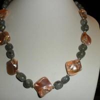 Collier 47 cm labradorite baroque et perles en nacre rose poudré irisé