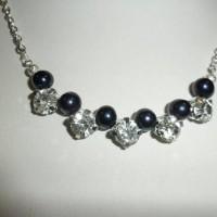 Collier 42 cm, perles naturelles de culture d'eau douce noires de 6/7 mm, et cristal, très chic