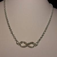 COLLIER fin chaîne argentée 45/50 cm joli motif strass argenté, infinity à la base .