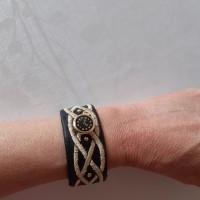 Bracelet en tissu noir brodé avec des  clous or & un bouton montre gousset ,bijoux fantaisie ,Made in France,idée cadeau
