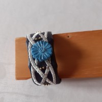 Bracelet en tissu skaï bleu marine brodé- bouton bleu fleurs & perles or- idée cadeau original-bracelet fantaisie-Made in France