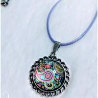 Collier avec pendentif rond et cabochon en verre rond motif arabesque.