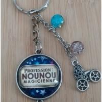 Porte-clés coloris argenté avec cabochon en verre Profession: NOUNOU magicienne.