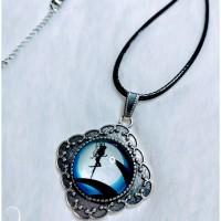 Collier avec pendentif losange avec cabochon en verre rond motif fée.