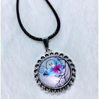Collier avec pendentif rond et cabochon en verre rond motif papillon.