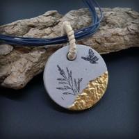 Collier pendentif béton motif brindille, or et papillon
