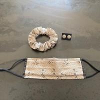 Ensemble masque tissu avec pince nez pour femme lavable et réutilisable en coton motifs noirs sur fond noir avec chouchou et puces d'oreilles