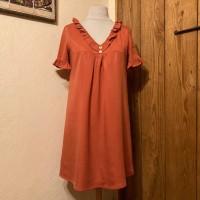 Robe trapèze ample à manches courtes et encolure en V, réalisée dans un tissu twill tencel