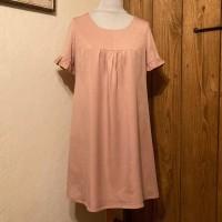 Robe trapèze ample à manches courtes et encolure ronde, réalisée dans un tissu twill tencel couleur vieux rose