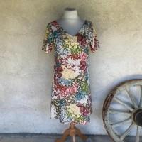 Robe forme trapèze ample encolure en V devant et dos à manches courtes, en viscose à fleurs doublée voile de coton