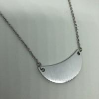 Collier femme court  en Acier inoxydable 316L pendentif demi lune aluminium brossé .