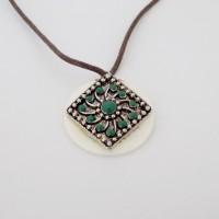 Collier pendentif losange argenté vert émeraude fleur