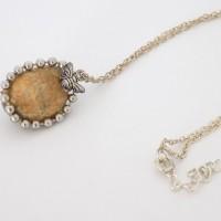 Collier chaîne argentée pendentif ovale pierre beige marbrée abeille
