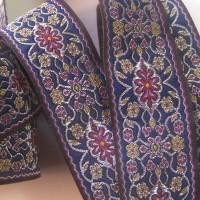 galon brodé couture- 3m65 x 3,3 cm à style médiéval avec motifs fleuris rouge sur fond marine