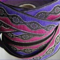 galon brodé médiéval 4,95m x 3,3 cm motifs margots argent sur fond noir bordé et violet et rose foncé