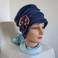 Bonnet femme chimio, toque en polaire bleu avec une broche chouette argentée
