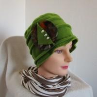Bonnet femme chimio, toque en polaire vert olive avec une broche petits oiseaux