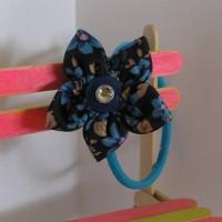 elastique cheveux fleur noire et bleue