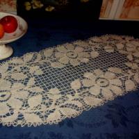 Grand napperon ancien en dentelle au fuseau ou chemin de table