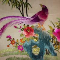 Une jolie broderie ancienne soyeuse représentant des oiseaux ,Origine Asie mais ancienne