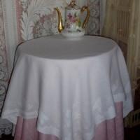 Une jolie et fine nappe ancienne brodée, à motifs de fleurs , déco shabby, linge ancien