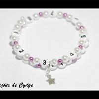 Bracelet d'allaitement sur fil à mémoire de forme de 55mm avec perles en acrylique de couleur violette et blanche