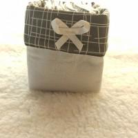 Panier et 12 lingettes bambou / coton blanc et rabat gris et blanc.
