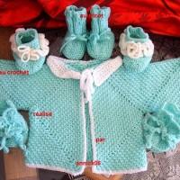 ensemble fait main,  gilet et  2 paires de chaussons fait au crochet , 1 paire au tricot, couleur vert tendre/blanc 3 -6mois, laine acrylique ,FDP: gratuit a partir de 60? (totalité de votre commande) uniquement pour colis national