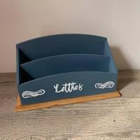 Porte courrier en bois  teinte chêne foncé et bleu prusse