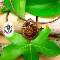 Pendentif artisanal en Ammonite naturelle et Agate noire, pièce unique