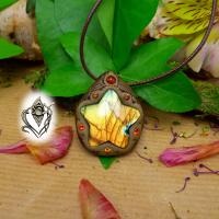 Pendentif artisanal en Etoile de Labradorite multicolore et Cornaline, pièce unique