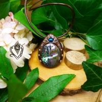 Pendentif artisanal en Nacre-Abalone et Hématite bleue, pièce unique