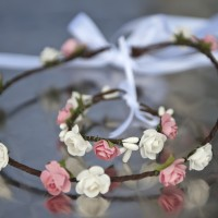 Couronne de fleurs roses et blanches et son bracelet assorti