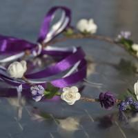 Couronne de fleurs rustique violette et blanche