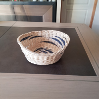 Corbeille irrégulière - panière à pain - panière à fruits - en rotin écru et bleu marine - fait main