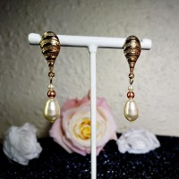 Boucles d'oreilles gouttes de perles nacrées dorées