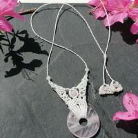 collier blanc et quartz rose
