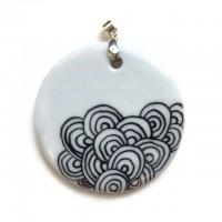 Bijou pendentif rond de porcelaine blanche décor noir