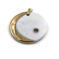 Bijou pendentif rond de porcelaine blanche et décor