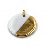 Bijou pendentif rond de porcelaine blanche et décor or fin