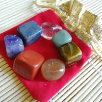 Lot de pierres 7 chakras dans une pochette rouge
