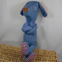 Peluche en tissu, le petit chien en jean bleu.