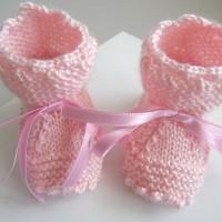 Chaussons bebe, Naissance, tricotes main, coloris ROSE, tricot-bebe-laine, crans laine calinou, SUR COMMANDE