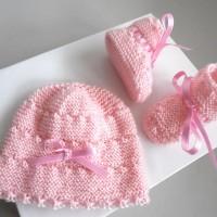 Bonnet bebe et chaussons, Naissance, ensemble rose tricote main, tricot bb calinou SUR COMMANDE