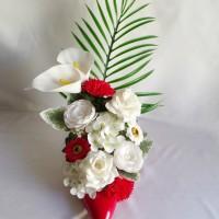 Escarpin rouge  talons hauts décoré avec des fleurs en savon tons blancs et rouges