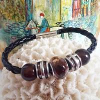 Bracelet, cadeau Fête des pères, marron et noir, cordon simili cuir noir et perle marron et argenté,  fermoir